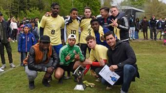 """Siegermannschaft """"Jugi Arlese"""" mit dem Teamcoach Rafael Beutel und Breel Embolo."""