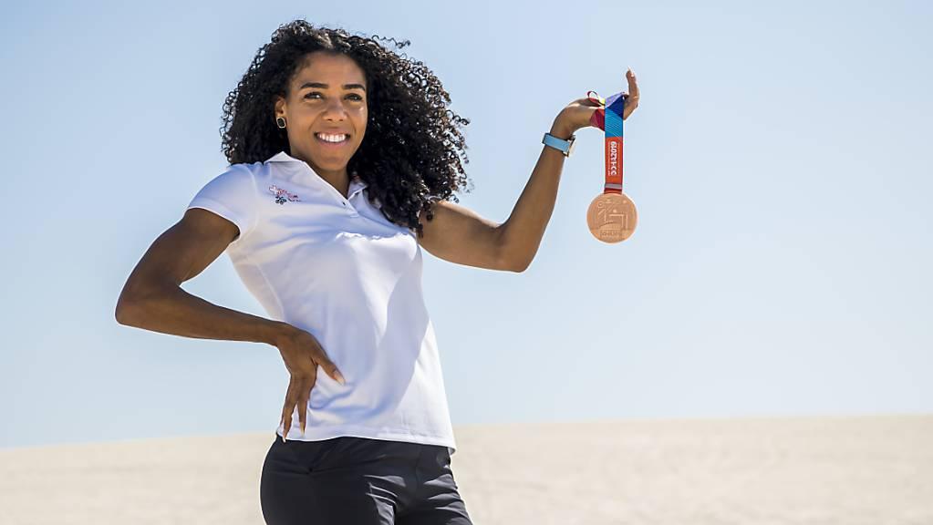 Mujinga Kambundji zeigt in der Wüste von Katar ihre Bronzemedaille.