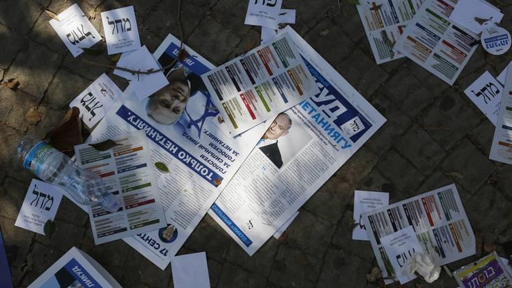 Wahlbroschüren liegen auf dem Boden im israelischen Kiryat Gat. Wer zukünftig regiert, ist unklar.