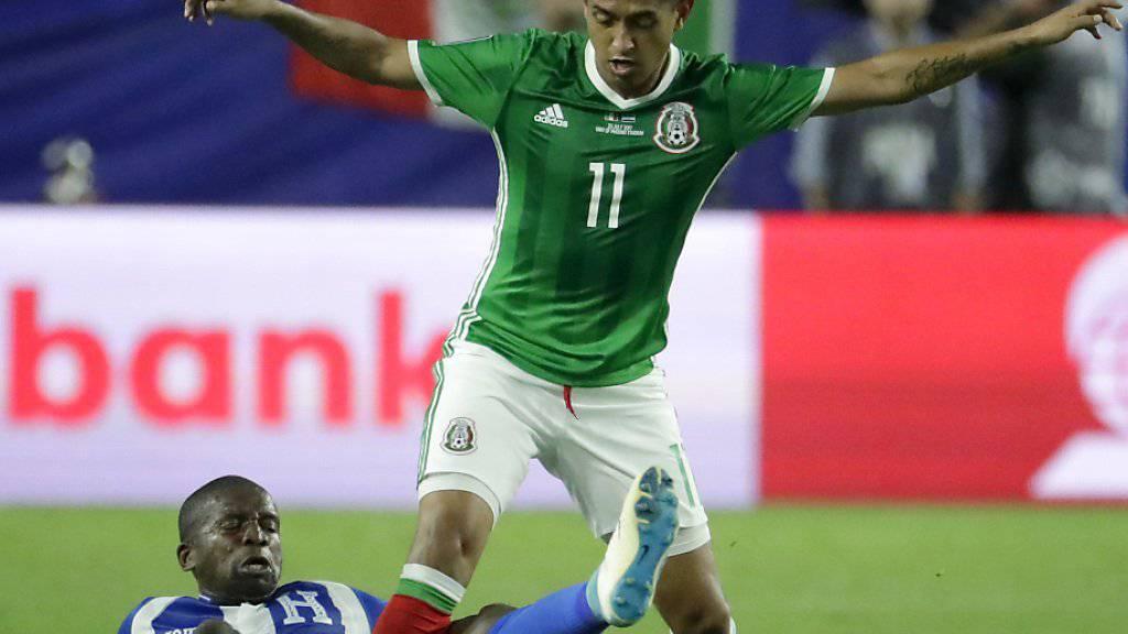 Mexikos Elias Hernandez (rechts) schirmt gegen zwei Honduraner den Bal ab