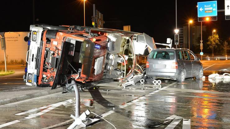 Ein Tanklöschfahrzeug und ein Auto waren beim Unfall involviert.