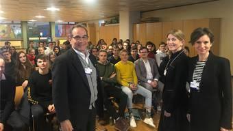 Schülerinnen und Schüler der Kanti Baden haben am WEF in Davos Ständerätin Pascale Bruderer (r.) getroffen.