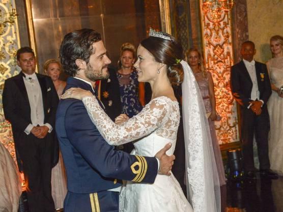 Traumhochzeit: Prinz Carl Philip und seine Frau Sofia schauen sich beim Tanz tief in die Augen.