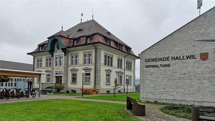 Das Schul- und Gemeindehaus in Hallwil.