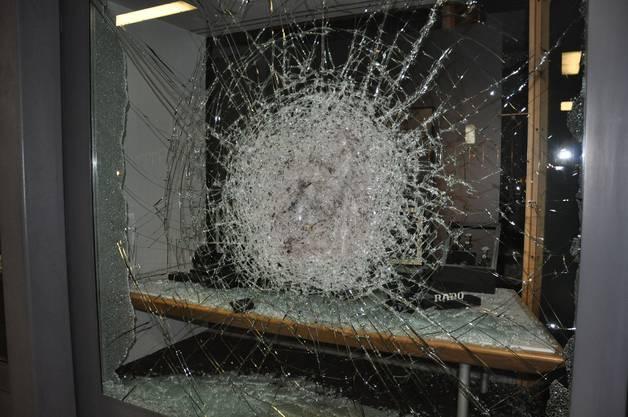 Die Unbekannten schlugen ein Loch in die Schaufensterverglasung der Bijouterie.