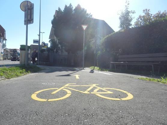 Damit die Brücke über den Emmenkanal offiziell benützt werden darf, wurde neu ein Veloweg markiert
