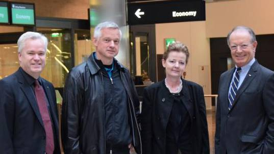 (v.l.n.r.): Ronny Roth, Head Airport Operation, Passagiere Beat Trachsler und Yvonne Brinkmann sowie Thomas Kern, CEO Flughafen Zürich AG.