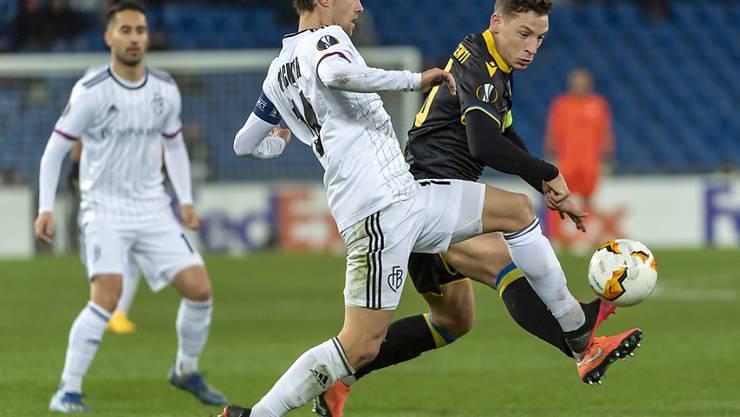 Valentin Stocker und seine Teamkollegen spielen gegen Frankfurt in einem vollen Stadion