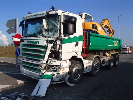 An den beiden beteiligten Lastwagen entstand ein Sachschaden von etwa 200'000 Franken.