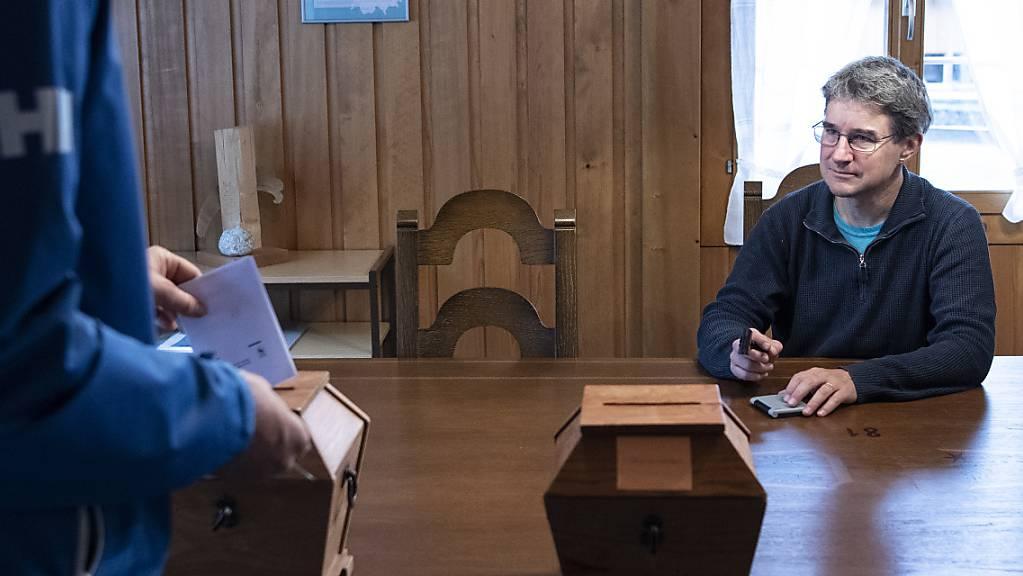 Gemeinderat Urs Zuberbühler überwacht die Stimmabgabe, am Wahltag in Guttannen. (KEYSTONE/Peter Schneider)