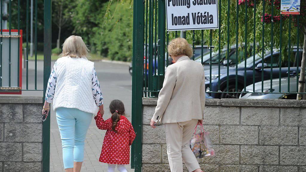 In Irland ist parallel zur Europawahl auch über ein liberaleres Scheidungsrecht abgestimmt worden. EPA/STRINGER