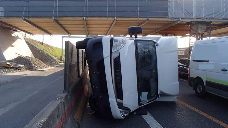 Um eine Auffahrkollision zu verhindern, wich ein Lieferwagenfahrer aus und kollidierte dabei mit einem Abschrankungselement. Der Lieferwagen kippte zur Seite.