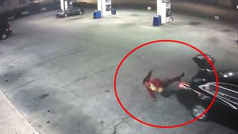 Das Opfer entkommt, während der Entführer davonfährt. Eine Überwachungskamera hat die Szene aufgezeichnet.