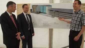 Einweihung (v. r.) Karl Schärer und Max Schärer von der Zuckermühle und Daniel Hauser von Swisslog zeigen das Projekt. mwb