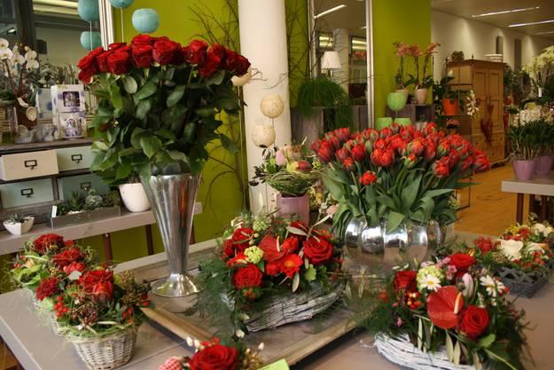 Das Blumenbouquet beim Eingang des Blumenladens ist riesig