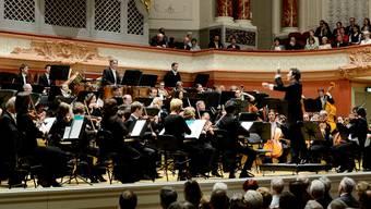 Simon Gaudenz dirigiert das Jubiläumskonzert des Collegium Musicum im Stadtcasino. Foto: Kenneth Nars