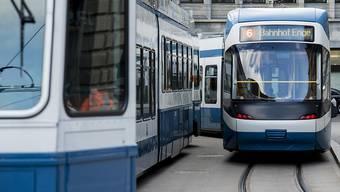 Damit auch Passagiere mit eingeschränkter Mobilität überall hinkommen, arbeiten die VBZ neu mit der Stiftung Behinderten- Transport Zürich zusammen. (Archivbild)