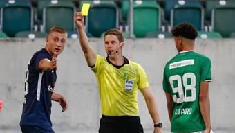 Gelbe Karte ans Auswärtsteam: Schiedsrichter Lukas Fähndrich verwarnt im Kybunpark den Zürcher Blaz Kramer.