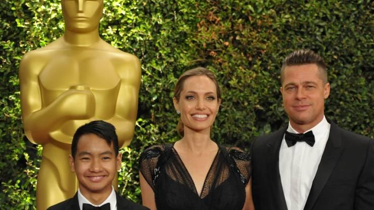Maddox Jolie-Pitt (l), Angelina Jolie und Brad Pitt 2013 in gemeinsamen besseren Zeiten. Der 16. Geburtstag von Maddox hat Pitt am 5. August 2017 verpasst und ist stinksauer. (Archiv)