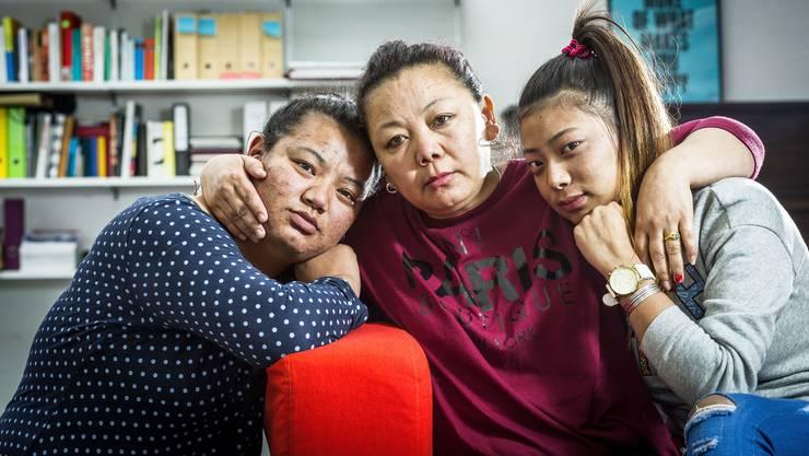 Tenzin Tsokyi (links) und Kunga Chime (rechts) müssen die Schweiz verlassen, obwohl ihre Mutter Tenzin Damdul Tsang (Mitte) eine Aufnahmebewilligung hat.