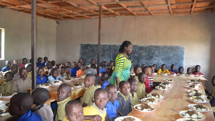 In den Kantinen erhalten die Kinder dreimal in der Woche eine Mahlzeit, werden aber auch mit Kleidern und anderem Nötigen ausgestattet und von freiwilligen Müttern betreut.