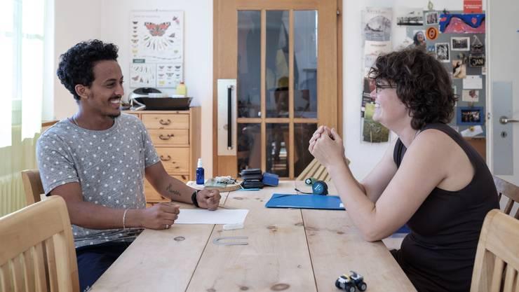 Freut sich über die Gastfreundschaft – muss sich aber noch an die Ruhe im ländlichen Möriken gewöhnen: Samuel, anerkannter Flüchtling aus Eritrea, im Gespräch mit Gastmutter Rahel Wunderli.