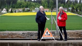 Hans Marti (l.) und Martin Blaser streiten über die Zukunft des Schwerzimooses (im Hintergrund).