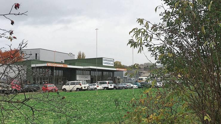 Auf dem Grundstück westlich der Gasometerstrasse und direkt neben den Bahngleisen sind bereits die Bauprofile ausgesteckt.