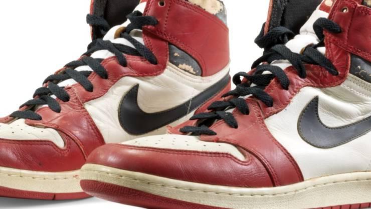 """HANDOUT - Von Basketball-Star Michael Jordan getragene Sportschuhe «Air Jordan 1 High """"Chicago» von Nike haben für 615 000 Dollar (519 000 Euro) den Besitzer gewechselt. Foto: -/Christie's/dpa - ACHTUNG: Nur zur redaktionellen Verwendung im Zusammenhang mit einer Berichterstattung über die Auktion und nur mit vollständiger Nennung des vorstehenden Credits"""