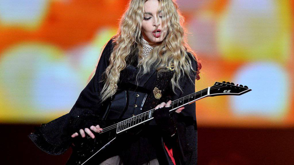 Madonna lässt sich auf ihrer «Rebel Heart Tour» gern von prominenten Frauen den Hintern tätscheln - am Samstag in Prag (Bild) kam die Ehre Jessica Chastain zu.