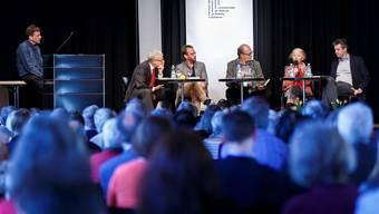 Sie diskutierten an den Literaturtagen über Liberalismus: Autor Guy Krneta, Kurt Fluri, Dominik Elser, Moderator Felix Schneider, Regina Wecker und Peter A. Fischer. (v.l.)