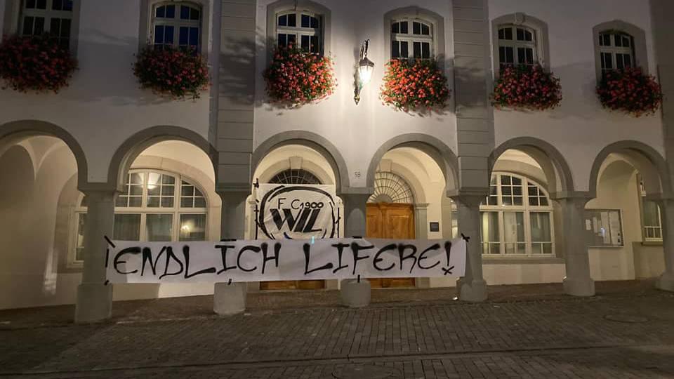 FC-Wil-Fans hängen Logo am Rathaus auf