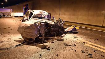Der vollständig demolierte Personenwagen, in dem eine 52-jährige Autolenkerin nach der Kollision mit einem Lastwagen ums Leben kam. (Kantonspolizei Obwalden)