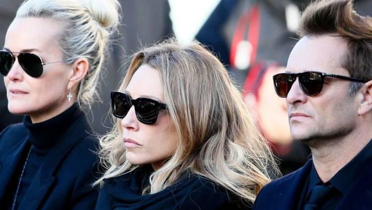 Johnny Hallydays Kinder David (r) und Laura (M) haben vor Gericht erwirkt, dass Hallydays Witwe Laeticia (l) vorerst kein Zugriff aufs Erbe hat. (Archivbild)