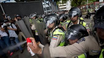 Polizisten in Konfrontation mit Gegnern des venezolanischen Präsidenten Maduro.