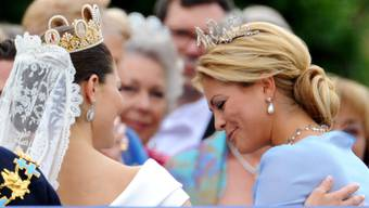 epa02211700 Crown Princess Victoria of Sweden (L)and her sister Princess Madeleine of Sweden (R)arrive on the balcony of the Royal Palace in Stockholm, Sweden, 19 June, 2010, after the wedding ceremony at the Stockholm's Storkyrkan cathedral. The bridal couple shares the June 19 wedding date with Princess Victoria's parents, King Carl XVI Gustaf and Queen Silvia, who married on 19 June 1976 in the same cathedral.  EPA/CARSTEN REHDER