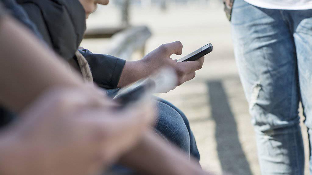 Fast jeder Teenager hat heute ein Smartphone. Viele fühlen sich durch das Kommunikationsmittel unter Stress gesetzt. (Symbolbild)