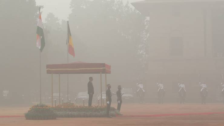 Der belgische König Philippe beobachtet im Smog von Neu Delhi eine militärische Ehrengarde zu seinem Empfang.