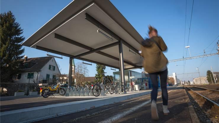 Das neue Dach des Wartebereiches mit Veloständern beim Oberentfelder Bahnhof. Pascal Meier