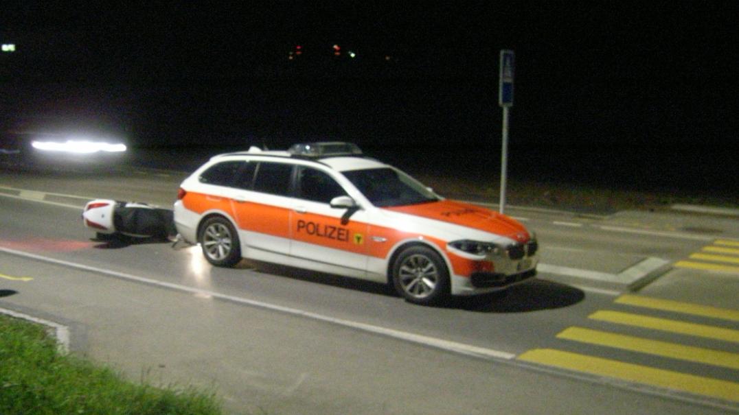 Erstfeld UR: Roller fährt in Polizeiauto