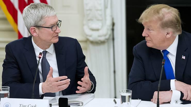 Tim Cook hat US-Präsident Donald Trump erklärt, dass sein Konzern aufgrund von Zöllen Nachteile gegenüber Samsung hat. Ob die Message angekommen ist?
