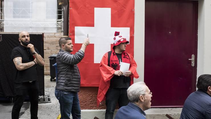 Schweizer und Albanische Fans freuen sich gemeinsam.