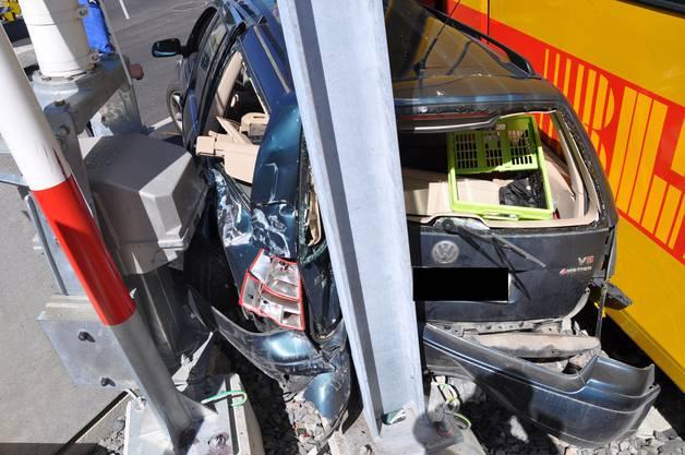 Das Auto wurde quer über die Fahrbahn geschoben und verkeilte sich zwischen Tram und Barrierenverankerung
