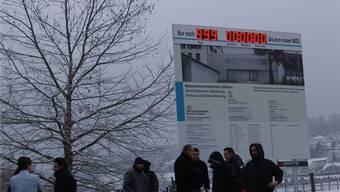 Wenn die Anzeige bei Null angelangt ist, soll der Umbau des Massnahmenzentrums abgeschlossen sein: Die Countdown-Uhr an der Zürcherstrasse. flavio fuoki