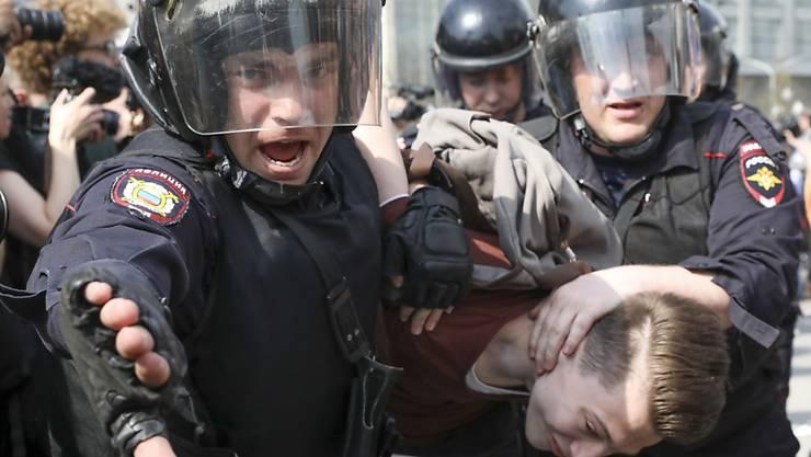 Reihenweise schleppte die Polizei in Moskau Demonstranten weg - landesweit soll über tausend Festnahmen gegeben haben.