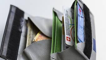Schweizer Haushalte leiden unter der steigenden Prämienlast. (Symbolbild)
