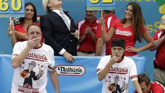 Matt Stonie (rechts) hat mehr Hotdogs reingestopft als der Vorjahressieger Joey Chestnut (links) - und gewinnt damit das Hotdog-Wettessen in New York
