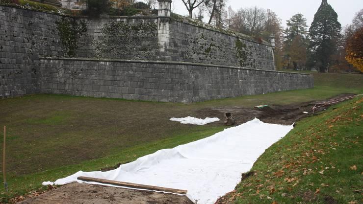 Keine zugedeckte Gletscherzunge, sondern die neue Drainage des Schanzengrabens findet sich unter dem Tuch.  ww