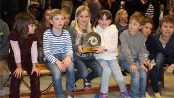 Stolz halten die beiden Schülerinnen den an die Schule Mettauertal überreichten Naturschutz-Wanderpreis des VONV.