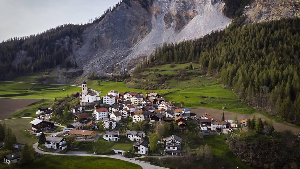 Das Bündner Bergdorf Brienz rutscht talwärts - und wird zudem von Felsabbrüchen oder gar einem Bergsturz bedroht.